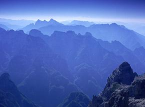 """""""Fantasmi"""" (dalla cima dello Schiara profili di monti, come fantasmi, verso Ovest)."""