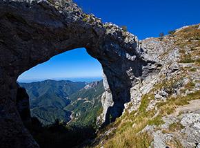 """""""La montagna bucata"""" (il colossale arco naturale del Monte Forato)."""